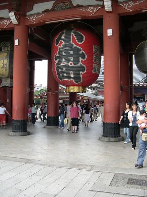 Cynthia under lantern in Kaminari-mon gate